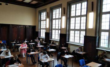 Zdjęcie przedstawia uczestników konkursu w auli