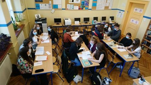 Uczniowie klasy IND podczas zajęć bibliotecznych