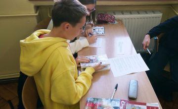 Uczniowie podczas praktycznych zajęć ze sporządzania bibliografii