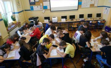Klasa IB rozwiązuje test o słowie i książce